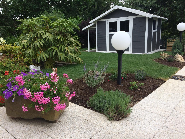 auvent pour abri de jardin en pvc grosfillex. Black Bedroom Furniture Sets. Home Design Ideas